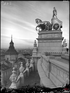 Banco de Bilbao, cuadriga del remate de la azotea. Archivo Lladó (ACCHS-CSIC).