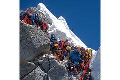 登山者が渋滞する、2012年5月19日のヒラリー・ステップ。山頂直下にある高さ12メートルのこの岩壁で、登頂の順番を2時間待つこともあるという。それでもこの日234人が登頂。4人の登山者が死亡した。 Photograph by Subin Thakuri, Utmost Adventure Trekking