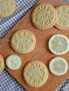 Lemon sesame cookies (in Dutch) Dutch Recipes, Sweet Recipes, Baking Recipes, Cookie Recipes, Dessert Recipes, Baking Pies, Lemon Recipes, Drink Recipes, Desserts