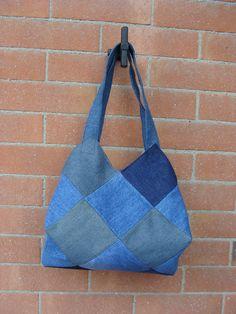 Patch on-point denim bag -- borsa  jeans  .. istruzioni con il sal di Lella   http://creareperhobby.blogspot.it/2013/03/cucito-creativo-cambio-di-stagione-e.html