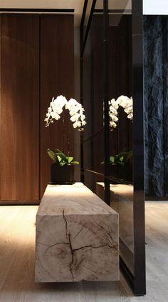 Miroir avec un petit banc de bois brut