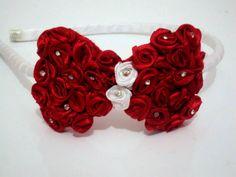 Tiara flexível forrada em cetim branco e laço bordado em rosas vermelhas e strass. R$ 19,71