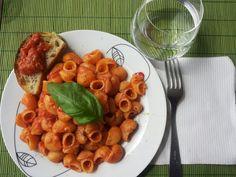 Pasta pomodoro tonno e basilico.  Pasta with tomatoes tuna and basil.