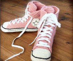 Ideas knitting patterns free slippers crochet converse for 2019 Style Converse, Moda Converse, Galaxy Converse, Crochet Boots, Crochet Slippers, Crochet Clothes, Felted Slippers, Converse En Crochet, Knitting Patterns Free