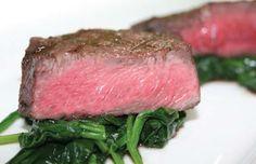 Volver Restaurante recomienda probar la exclusiva carne Kobe, con una amplia variedad de guarniciones. También ofrece almuerzos ejecutivos y un menú del día, así como sus tradicionales tés.