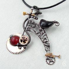 """Velociped - Achát + Tento šperk byl vytvořen do soutěže klubu Tvoříme šperky z cínuna téma """"Drží tě steampunk?"""" HLASOVAT MŮŽETE ZDE Originální Autorský šperk """"Velociped - Achát +"""" POPIS:Tento exkluzivní šperk je vyroben ve stylu steampunk, je opravdu rozměrný a nepřehlédnutelný. Ústředním kamenem je kabošonhadího Achátu v červené barvě. Sedátko ..."""