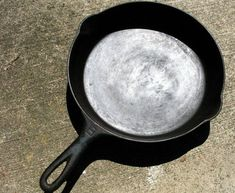 Do not throw away a cast iron skillet with rust! Anytime you throw one away my heart will be screaming! I Believe I Can Fry: Reconditioning & Re-Seasoning Cast Iron Cookware Cast Iron Cookbook, Cast Iron Cooking, Reseason Cast Iron, Lodge Cast Iron Skillet, Diy Cleaning Products, Cleaning Tips, Cleaning Solutions, Iron Cleaning, Grill Cleaning