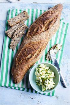 En blandning mellan färskost och smör som man kan smaksätta med det man gillar. Som örter, vitlök, olika pepparsorter eller nötter. Servera med gott nybakat bröd.
