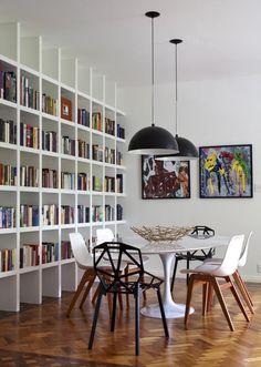 Pendent lighting & large bookcase in dining room Small Space Interior Design, Interior Design Living Room, Kitchen Interior, Handmade Bookshelves, Large Bookcase, Bookcases, Salons Cosy, Dinner Room, Bookshelf Design