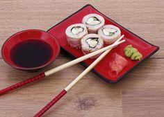 Mesa de Shusi completa con la soja, el wasabi y el jengibre