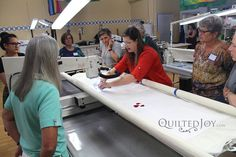 Enjoy our free longarm quilting machine tutorials. Grow your machine quilting skills for both the sit down machine quilter and the longarm machine quilter. Long Arm Quilting Machine, Machine Quilting Patterns, Quilting Thread, Quilting Room, Longarm Quilting, Free Motion Quilting, Arm Machine, Quilting Rulers, Quilting Tips