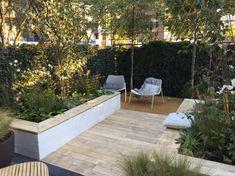 Verhoogde borders wit met hout als zitbank | Tuin