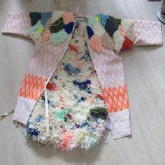 Hermine Van Dijck. À peine 25 ans. Belge. Un peu espiègle. Hermine Van Dijck est une designer textile bourrée de talent et d'idées. Passionnée par le tissage et la broderie, son travail se re…