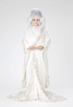 タカミ 光華 - こうか - 光華は美しい光沢を放つ朱子織に溢れんばかりの花々を贅沢に施した優美な白無垢です。質感の異なるシルクの花弁を2000枚以上重ね合わせて多彩な表情と重厚感を表現し、土台にビージングレースをあしらい華やかに仕上げました。伝統ある綿帽子には個性的な花を添えてモダンな要素をプラスしました。