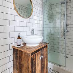 kúpelňa biele obkladačky drevená skrinka pod umývadlo