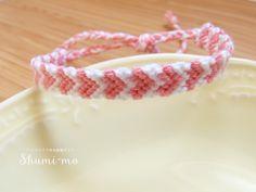 ハート模様のミサンガの編み方をご紹介します。少しだけややこしいですが、3段で1セットを繰り返すだけですのでぜひチャレンジしてみてください。