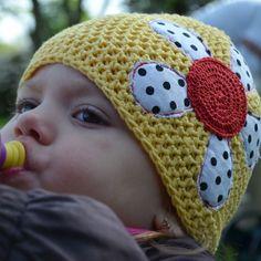 Dětská háčkovaná čepice pro holky, co mají rádi puntíkaté  kytičky... Barva: jemná žlutá. Materiál: 70% bambus, 30% bavlna. Aplikace - kytička - ruční + strojové šití, vyztužení, háčkování. Vel.: 2-3 roky. Prosím řiďte se dle rozměrů - každé dítko má jiný tvar hlavy - uvedená velikost je jen orientační.  Obvod čepice - 2 x 23,5 cm v klidu.  Výška čepice - 18 cm. Modelce je  26 měsíců a má obvod hlavy 49,5 cm.