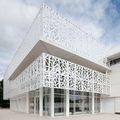A Champigny dans le Val de Marne, l'agence Epicuria Architectes signe la realisation du Gymnase Jessie-Owens.