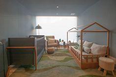 Aquele quarto que pode ser dividido por dois irmãos na pegada montessoriana. Com pintura do teto no mesmo tom das paredes.