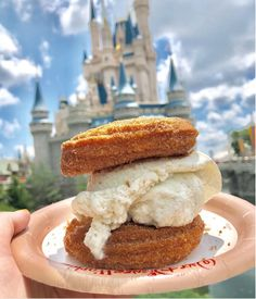 A churro ice cream sandwich? 😊 Find this at Disney World exclusively at Sleepy Hollow in Magic Kingdom's Liberty Square! If you're in Disneyland, you can find it at the churro kiosks in Downtown Disney! Disney Desserts, Disney Snacks, Disney Food, Walt Disney, Disney Ideas, Disney Recipes, Downtown Disney, Disney Planning, Comida Disney World