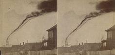 A primeira fotografia de um tornado Esta imagem de um Tornado foi feita em 1884. A fotografia foi em Anderson County, Kansas (EUA). O fotógrafo amador A.A. Adams pegou sua câmera tirou a fotografia a 22 quilometros de distância do tornado.