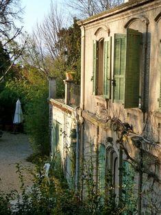 Beautiful Homes, Beautiful Places, Green Shutters, Rustic Shutters, Italian Villa, French Country House, Country Homes, Country Farmhouse, Country Living