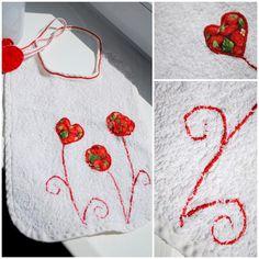 Bavoir en éponge avec biais fait main et des appliqués tissu et point zig zag