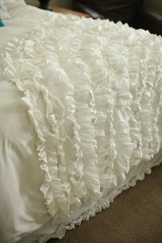 DIY:  How to Sew Ruffles - tutorial with lots of pictures showing how to make different types of ruffles + the link to create this ruffled duvet - via Kiki and Company Ruffle Blanket, Ruffle Duvet, Duvet Cover Tutorial, Home Crafts, Diy Home Decor, Diy Crafts, Teen Girl Bedrooms, Bed Spreads, Luxury Bedding