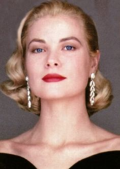 Grace Kelly - not my fav pic. Grace looks haughty. Moda Grace Kelly, Grace Kelly Style, Timeless Beauty, Classic Beauty, Hollywood Glamour, Old Hollywood, Monaco, Princesa Grace Kelly, Patricia Kelly