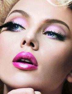 Que tal usar rosa no olho e na boca? Scarlett Johansson     abusou dessa cor linda em uma campanha para a grife Dolce &     Gabbana, criando um make de festa perfeito!