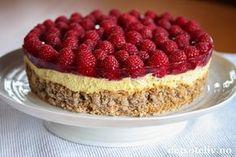 Kom mai du skjønne.... Endelig er det tid for den vakreste tiden på året! Mai er også tid for å bake deilige festkaker. Her har du en virkelig skjønn kake, ja - dette er faktisk en av de aller beste kakene jeg vet om! Kombinasjonen mandler, luftig vaniljefromasj og søte, røde bringebær er aldeles nydelig!
