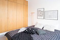 Muotoilijapari pisti kerrostalokodin kokonaan uusiksi – tällainen siitä tuli: : mustavalkoinen sisustus, vaalea sisustus, tehostevärit, minimalistinen, sommitelmat, asetelmat, scandinavian living, finnish design, black and white, decoration