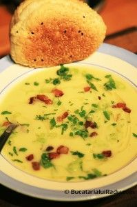 Supa crema de cartofi cu praz si bacon crocant.