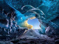 2Un cliché pris de l'intérieur d'une grotte de glace en Islande. (Jean-Francois Chaubard/Solen/SIPA)4 heures en images (dimanche 3 janvier)