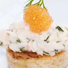 Toast Skagen is an elegant combination of prawns and other ingredients on a small piece of sautéed bread. When you really want to celebrate something, be extravagantly generous with the whitefish roe. Prawn Toast Recipe, Shrimp Toast, Skagen, Tapas, Nordic Diet, Best Toasts, Easy Starters, Scandinavian Food, Swedish Recipes