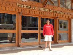 118 - Em Gramado, em frente ao Palácio dos Festivais, onde ocorre o famoso Festival de Cinema de Gramado.