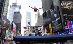 La gimnasta Alaina Williams lleva a cabo su rutina en Times Square, NY / EU (Bebeto Matthews / AP Photo)