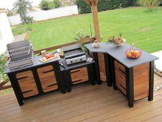 Retour aux sources avec ces meubles pour cuisine extérieur en bois de châtaignier, de grande qualité et conçus pour supporter les intempéries. Le plan de travail, en schiste noir type ardoise, ... #maisonAPart