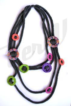 Collana in lana lavorata a tricottina con decori a cerchi in misto lana/fettuccia/cotone. €26,00, via Etsy.