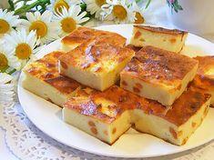 """""""Budinca clasică din brânză de vaci cu stafide"""" este delicioasă, aromată și perfectă. Aceasta se prepară de obicei la micul dejun și se servește cu smântână sau miere. Ca să preparați o budincă ideală trebuie să țineți cont de câteva sfaturi: alegeți brânză de casă grasă care trebuie amestecată, astfel încât să obțineți o masă cremoasă, trebuie să ungeți partea superioară a budincii cu unt sau smântână, ca să fie gingașă și aromată, la dorință puteți adăuga coajă rasă de lămâie pentru un… Easter Pie, Romanian Food, Baby Food Recipes, French Toast, Cheesecake, Good Food, Food And Drink, Sweets, Snacks"""