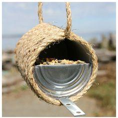 DIY récup : A l'aide d'une boite de conserve vide, réalisez une mangeoire à oiseaux.     DIY upcycling : Using an empty can, make a bird feeder.