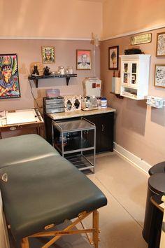 tattoo home decor e d bedfe f d f c tatto shop tattoo shop decor Damask Tattoo, Tattoo Shop Decor, Tattoo Studio Interior, Tattoo Station, Piercing Shop, Piercing Studio, Home Tattoo, Tattoo Parlors, Shop Layout