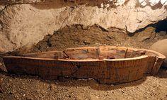 Um túmulo cheio de múmias com mais de 3 mil anos de idade foi descoberto por arqueólogos egípcios na necrópole de Dra Abu el-Naga, situada no vale dos Reis (Luxor, Egito) na margem oeste do rio Nilo.  O sarcófago recém-descoberto por arqueólogos egípcios em Luxor, Egito, em 9 de setembro de 2017  © REUTERS. MOHAMED ABD EL GHANY