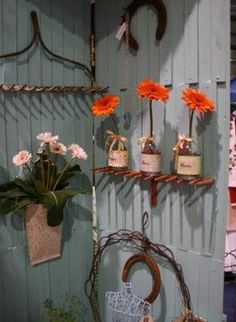 Using old metal garden rakes as 'shelves' is simply genius! Using old metal garden rakes as 'shelves' is simply genius! Old Garden Tools, Garden Rake, Garden Crafts, Garden Projects, Diy Projects, Rustic Gardens, Outdoor Gardens, Rake Decor, Rake Head