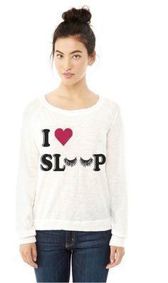 Chica con una sudadera que dice amo dormir