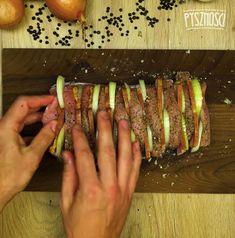 Teraz przyszedł czas na umieszczenie w schabie boczku i cebuli. Polish Recipes, Sausage, Grilling, Food And Drink, Pork, Cooking Recipes, Meat, Roast, Recipies
