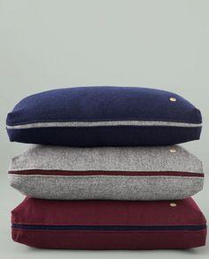 Das in drei Schichten gestrickte Material mit dem hohen Wollanteil sowie der farblich abgesetzte Mittelrand machen das Kissen von ferm LIVING zu einem exklusiven Polster auf Sofa, Sessel oder Bett.