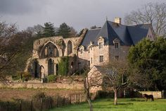 29)BEAUPORT .. l'intérieur de l'abbaye avaient ruiné peu à peu la discipline. Les mœurs se relâchaient et la réputation des moines en souffrait si bien que pour rétablir la sienne, un sous prieur fut obligé de se faire délivrer par le chapitre de l'abbaye un certificat de bonne vie et mœurs. Pendant les guerres de la Ligue (1576-1596) les moines se déclarèrent pour la Ligue, tandis que l'abbé restait naturellement partisan du roi à qui il devait sa dignité et les bénéfices qu'elle lui…