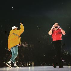 Drake and Chris Brown have officially squashed off their long-running feud. The Canadian rapper brought out the American singer during his Aubrey & The 3 Migos Tour in Staples Center, Los Angeles last night. Chris Brown X, Breezy Chris Brown, Drake Website, Chris Brown Wallpaper, Estilo Cool, Music Collage, Aubrey Drake, Brown Aesthetic, Frases