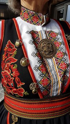 Spanish Costume, Mexican Costume, Folk Costume, Swedish Embroidery, Diy Embroidery, Traditional Fashion, Traditional Dresses, Norwegian Clothing, Rosemaling Pattern